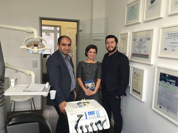 Özcan Mutlu bedankt sich beim Zahnzentrum Mitte für sein Engagement