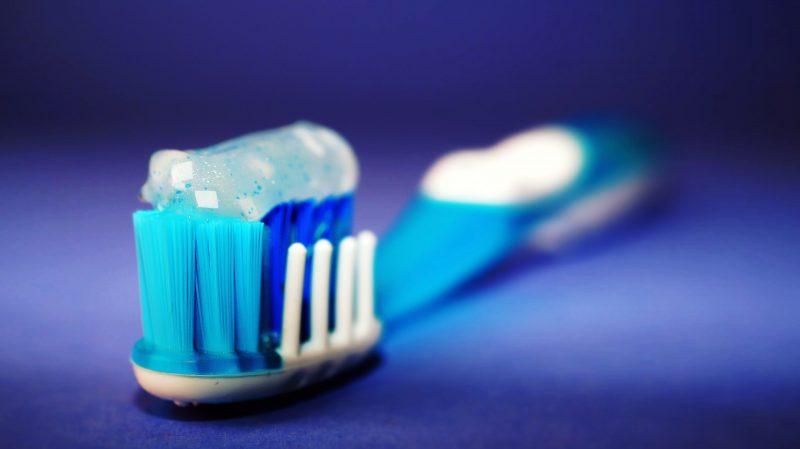 Regelmäßiges Zähneputzen und die professionelle Zahnreinigung sind wichtige Aspekte zur Vorbeugung